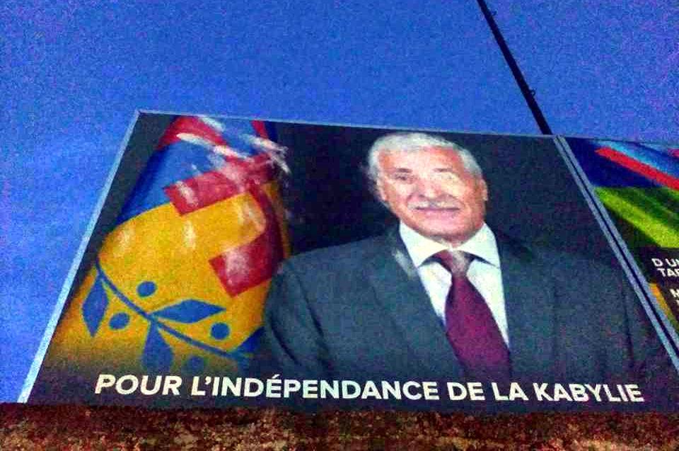 Récidive à Tavuda : le drapeau kabyle a été arraché et le portrait du Président de l'Anavad amoché