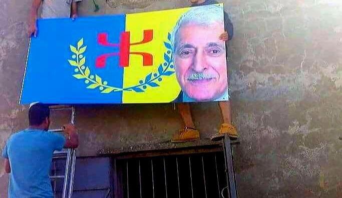 Le portrait du Président de l'Anavad accroché au village de Tawrirt (Bouzeguene)