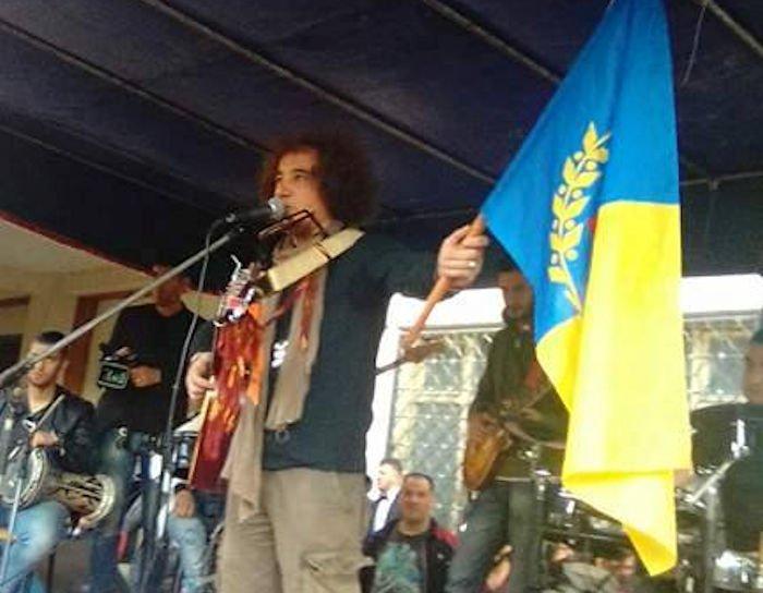 Gala de Hasnaoua : Akli D brandit le drapeau kabyle et appelle à rejoindre les marches de demain