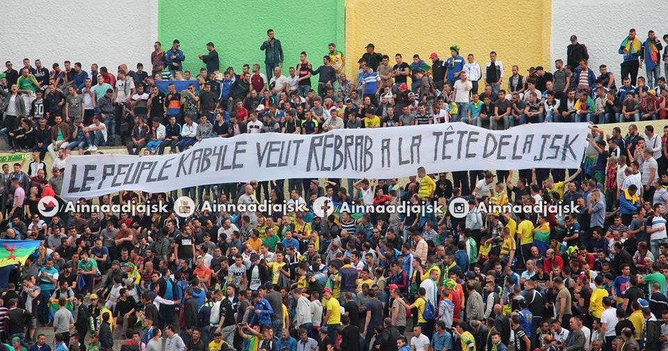 Une banderole au nom du Peuple kabyle sur les gradins du Stade de la JSK