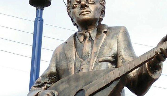 La statue ratée de Lounes Matoub à Ssuq n Letnin enlevée