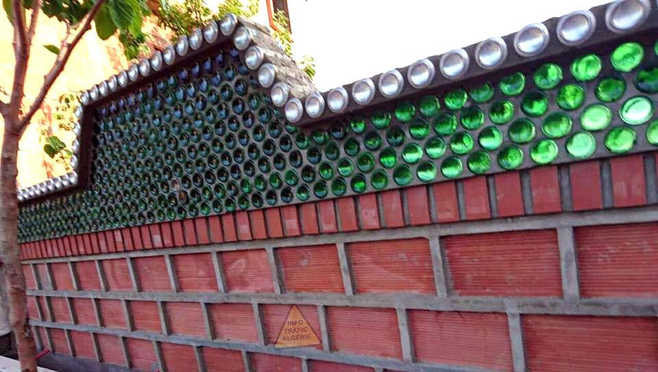 Il récupère des bouteilles et des canettes pour construire des chefs-d'œuvre