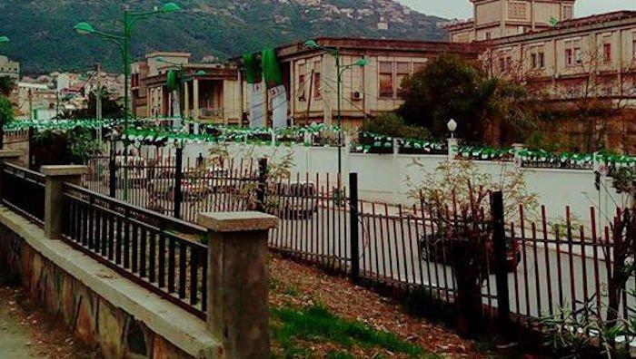 Provocation : l'itinéraire de la marche de Tizi Wezzu envahi de drapeaux de l'Algérie coloniale