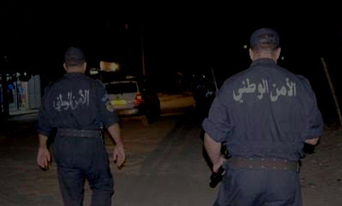 Les agents de la police coloniale sont en train d'arracher les affichages à Tizi Wezzu ville