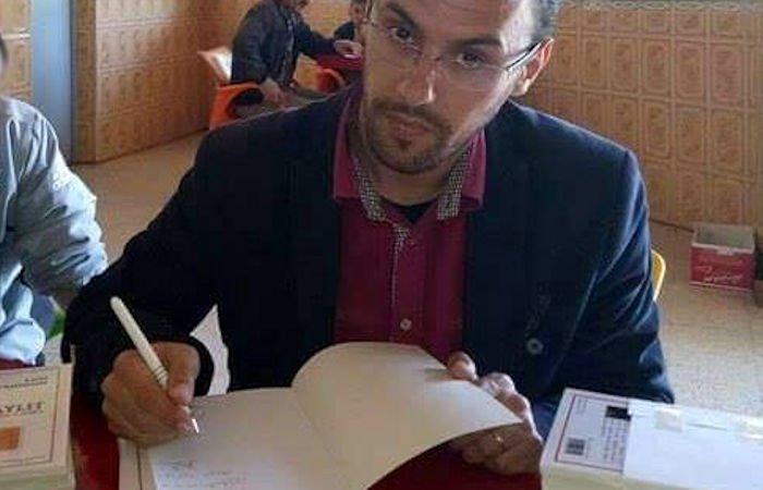 Inquisition : l'écrivain engagé Larbi Yahioun contraint de faire la vente dédicace de ses livres dans des cafés