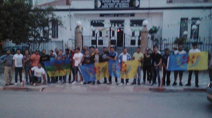 Tazmalt : Aussitôt libérés, les militants du MAK-Anavad ont continué leur distribution de tracts
