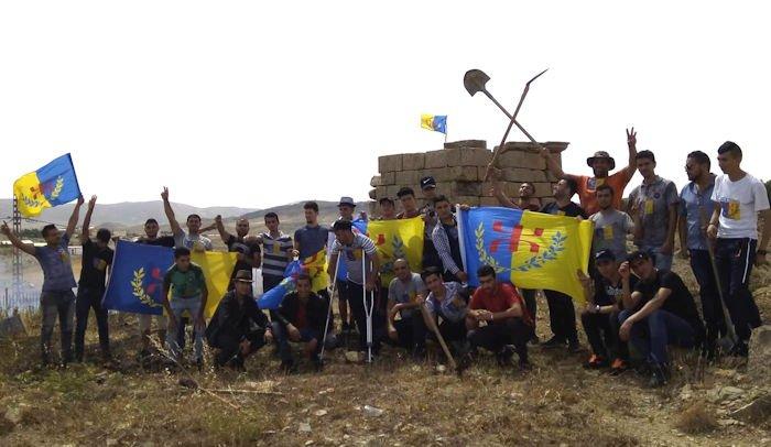Levée du drapeau kabyle sur le tombeau du chef de guerre numide Tacfarinas à Sour El Ghozlane