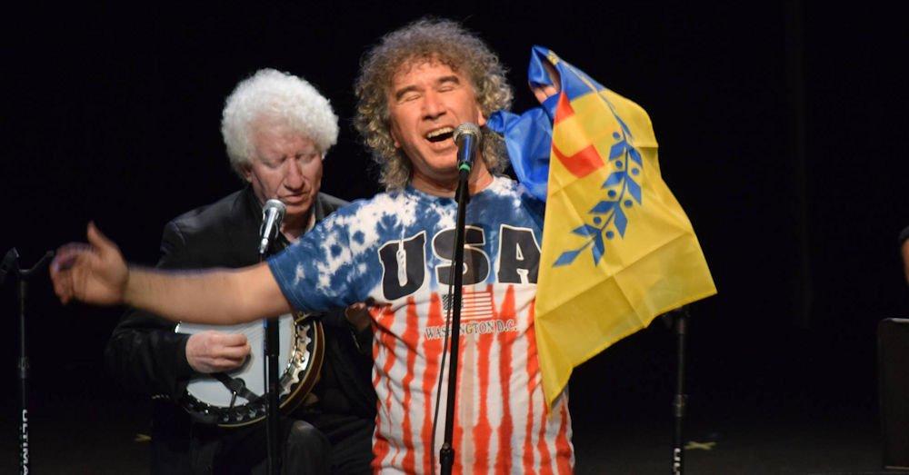 Zedek Mouloud arbore un t-shirt aux couleurs des USA et brandit le drapeau kabyle