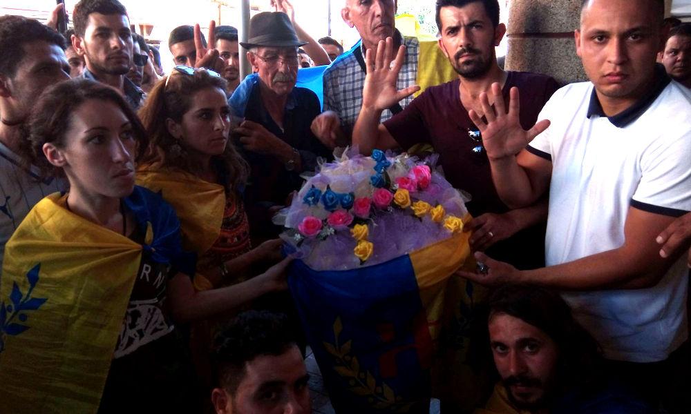 Iɛeẓẓugen : Les militants kabyles ont déposé des gerbes de fleurs à la mémoire des martyrs du printemps noir