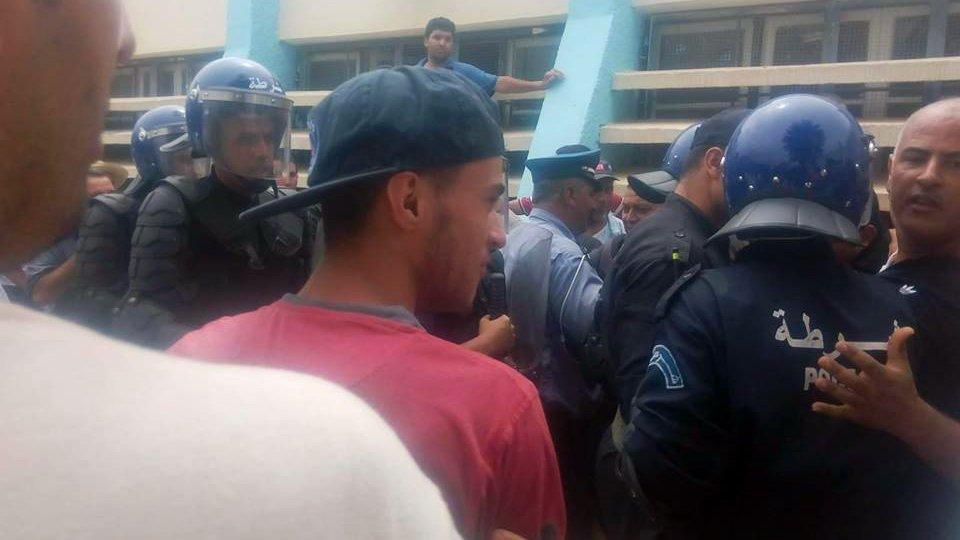 Des forces antiémeutes contre une conférence à Aokas