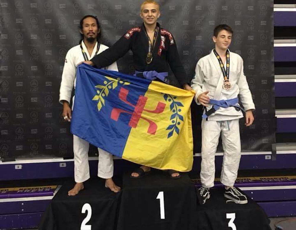 USA : un champion en Jiu-jitsu monte sur le podium avec un drapeau kabyle