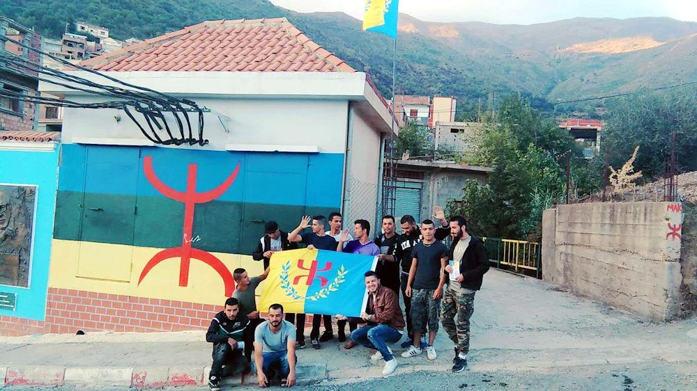 Lever du drapeau kabyle à Aguentour par la Coordination MAK-Anavad de Tazmalt
