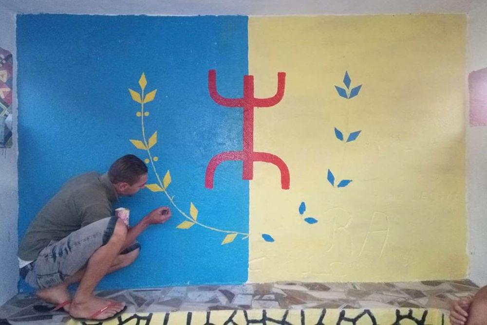 Boumerdes : 10 véhicules de la gendarmerie coloniale à At Mesεud pour retrouver le dessinateur d'un drapeau kabyle