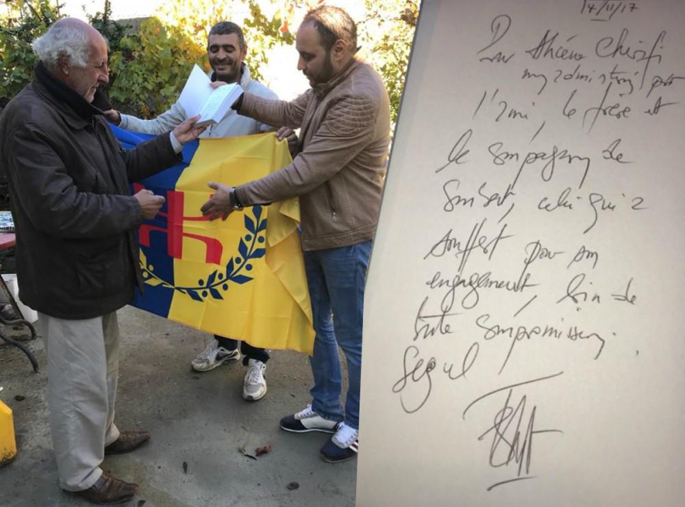 Ferhat Mehenni dédicace son livre à son vieil ami Ahcène Cherifi