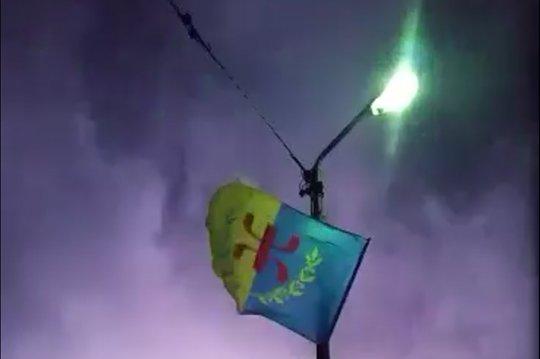 Lever du drapeau kabyle au village d'Avurɣes