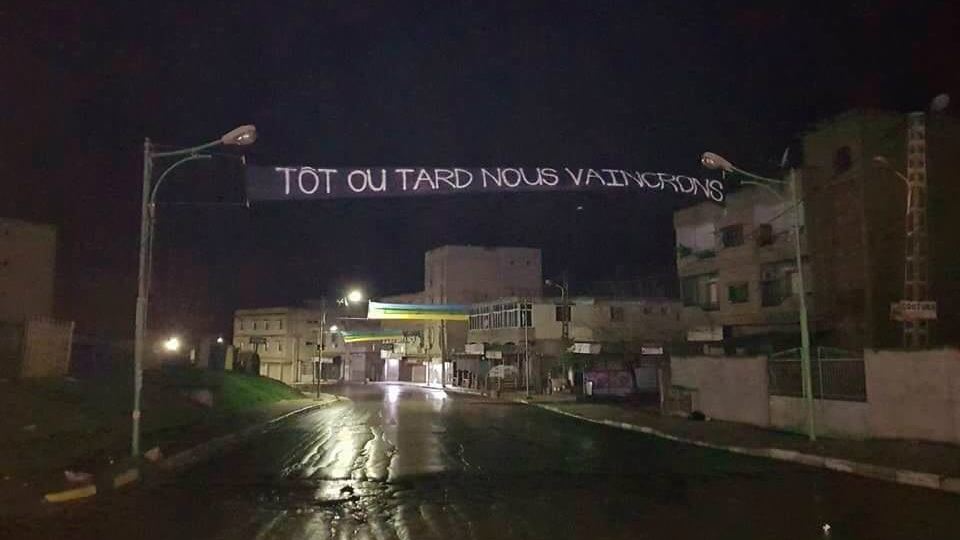 La police algérienne arrache une banderole «Tôt ou tard, nous vaincrons» à Tizi Bucen