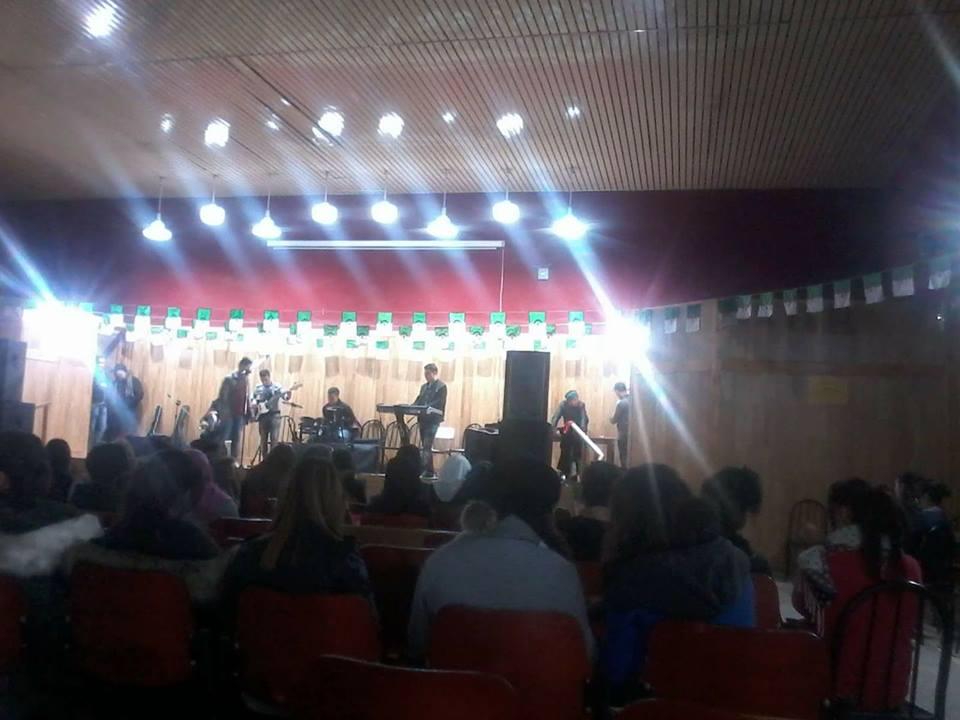 Pour contrer le drapeau kabyle, Medouha se pare de drapeaux algériens
