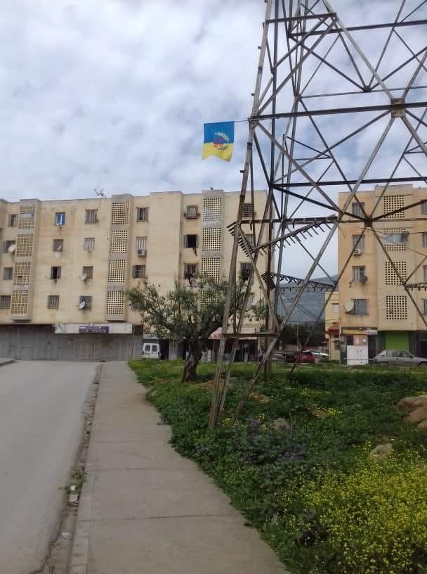 Lever du drapeau kabyle à Tazmalt