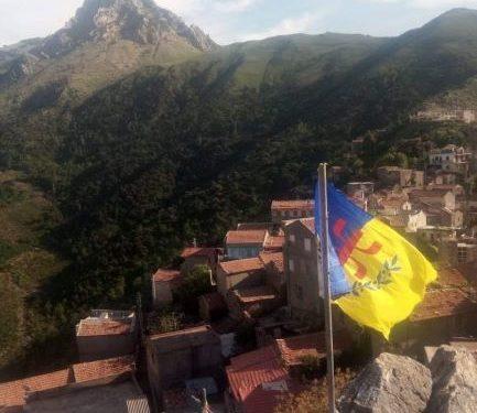 le village At Adella officialise la souveraineté par la levée du drapeau kabyle