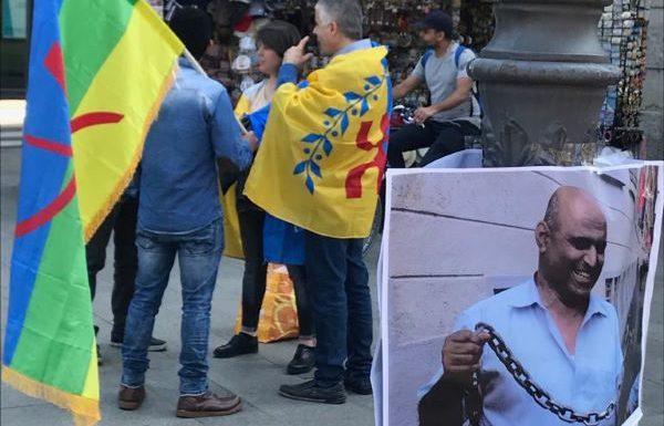 Les manifestants mozabites et kabyles dénoncent l'assassinat de Kamel Eddine Fekhar, devant le consulat d'Algérie à Milan
