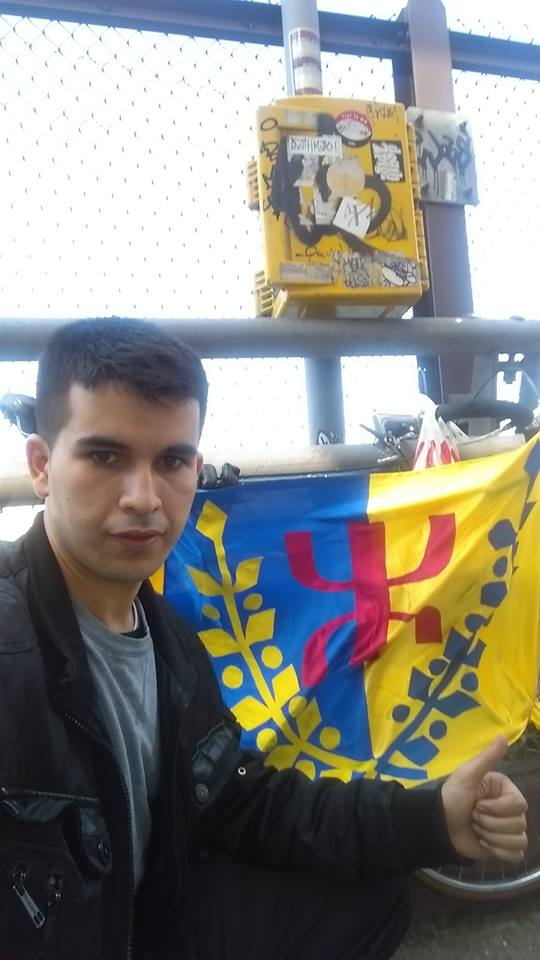 New York : le jeune Salem Aomari brandit le drapeau kabyle sur le Queensboro Bridge